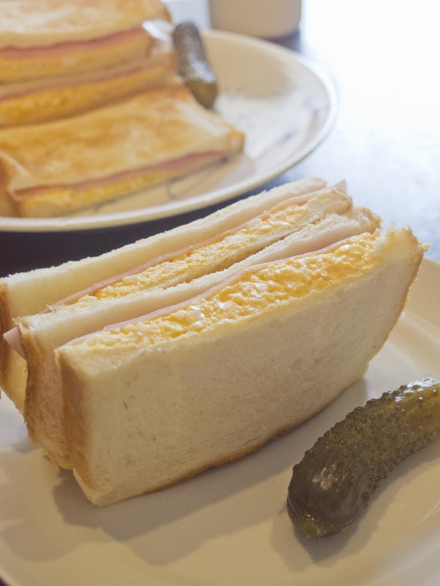 玉子サンドとガーキンキュウリのピクルス