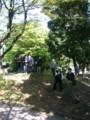 「4.24集会とデモ」の芝公園、木陰に佇む公安ぽい人たち