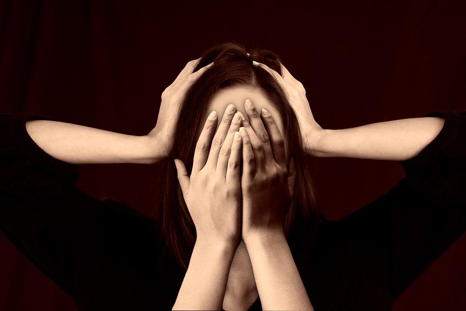 顔を押さえつけられる女性