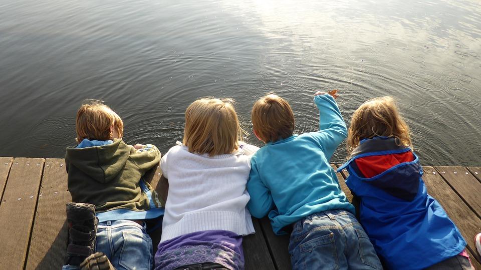 水面を覗く子供達
