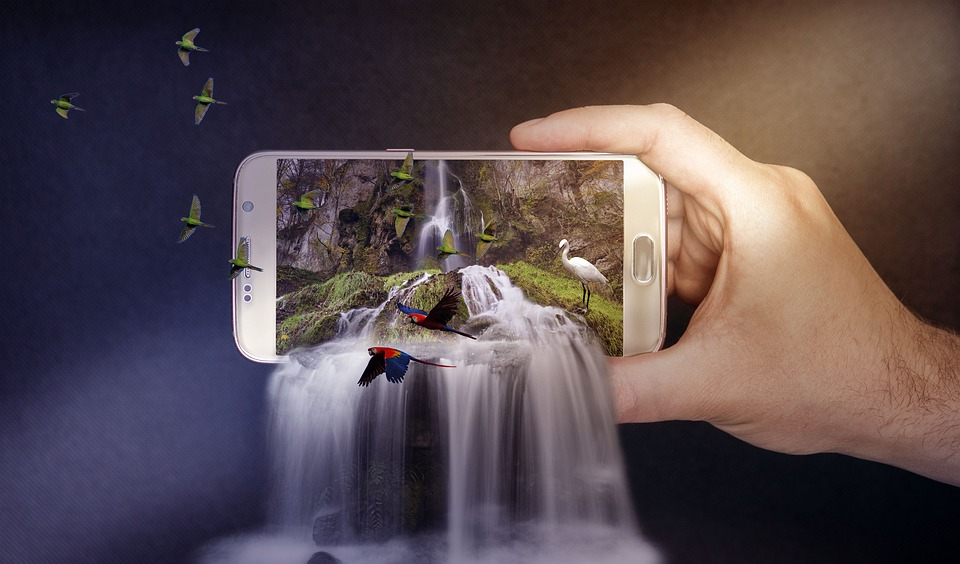スマホの画面から飛び出す滝