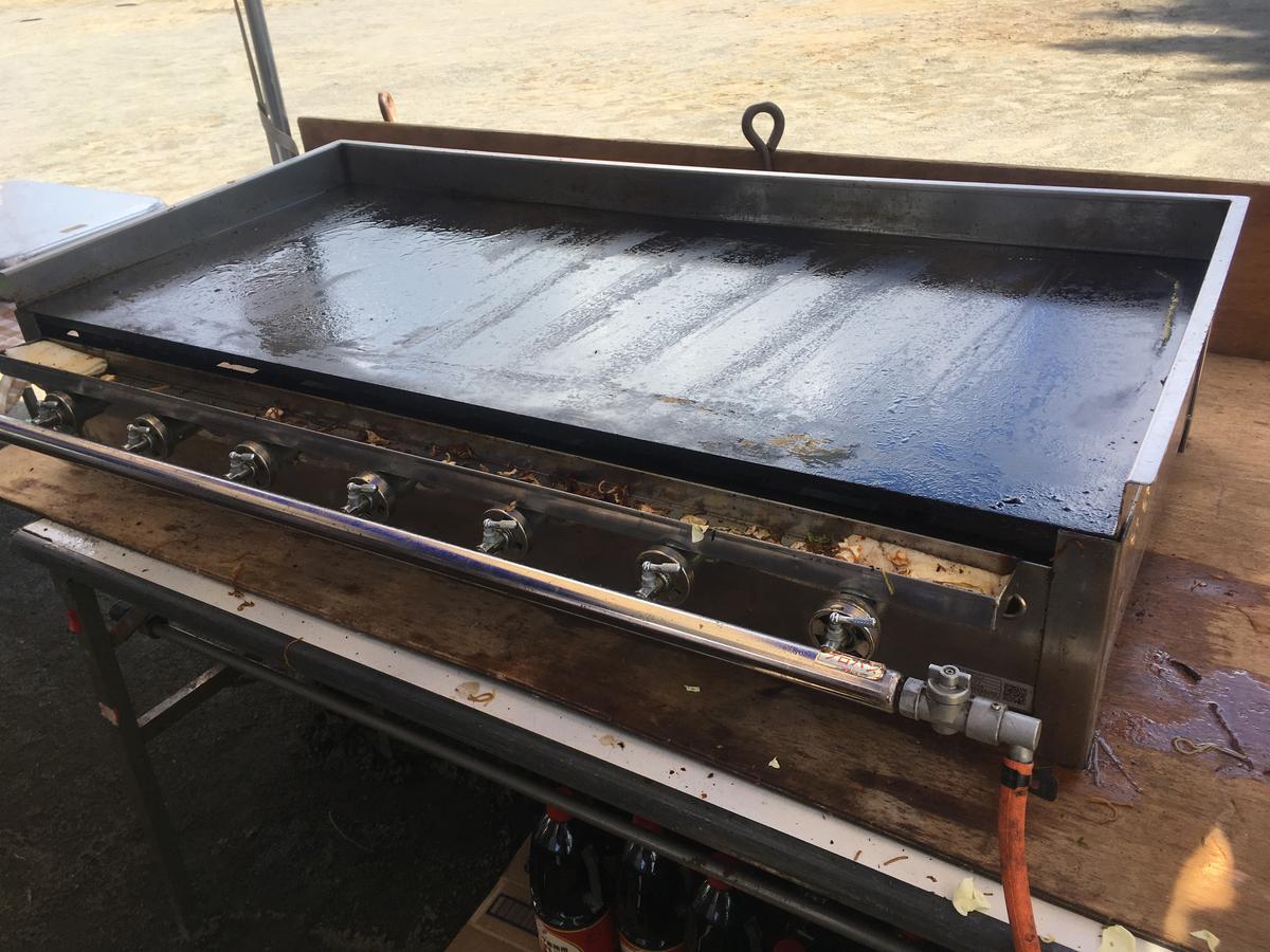 バーナー台にセットされた焼きそば鉄板