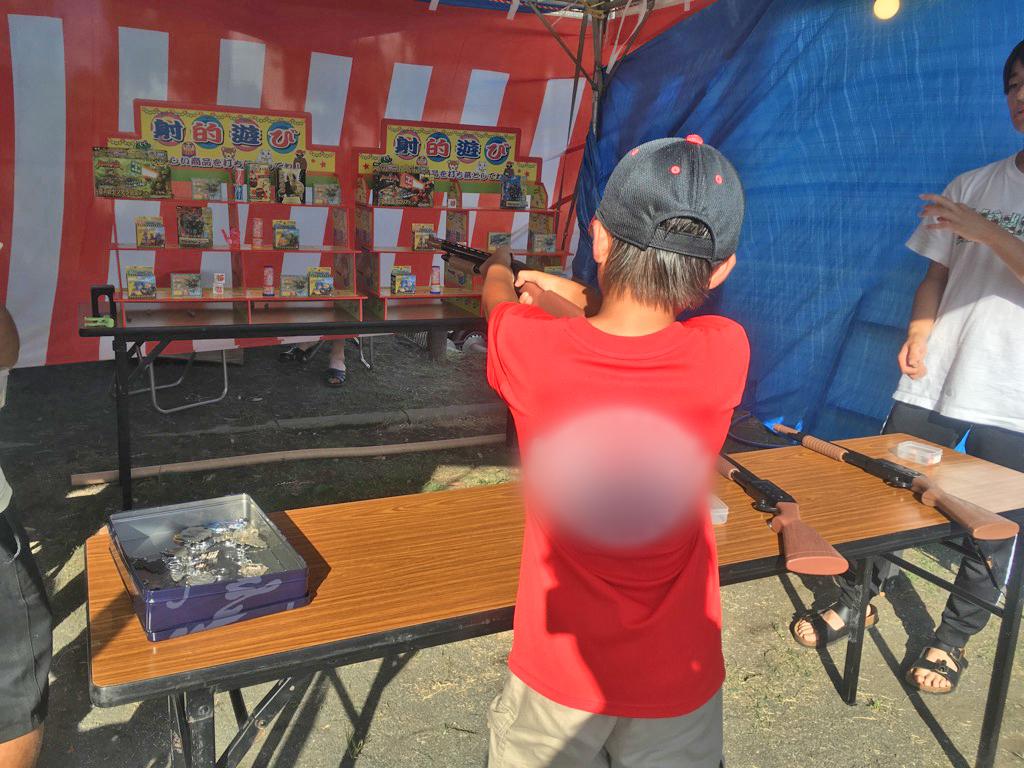 射的をする子供