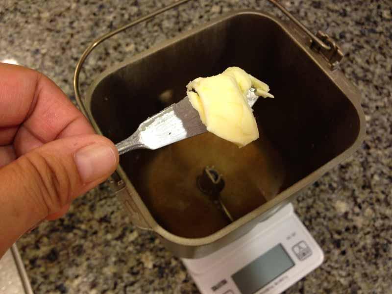 ホームベーカリーにバターを入れる