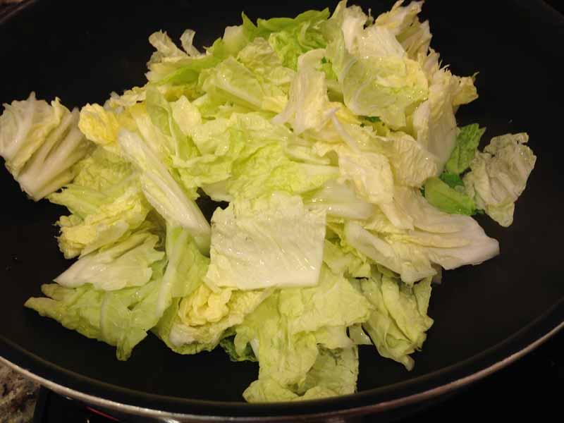 白菜を炒める