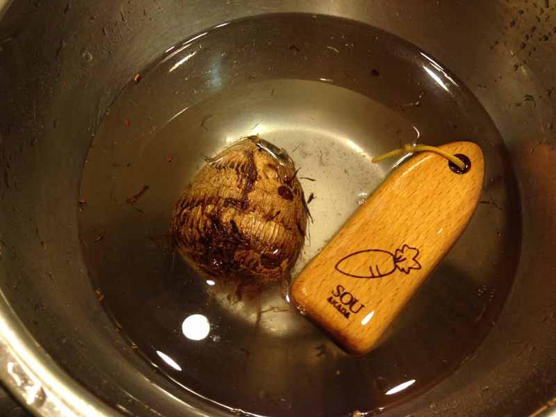 里芋を洗う
