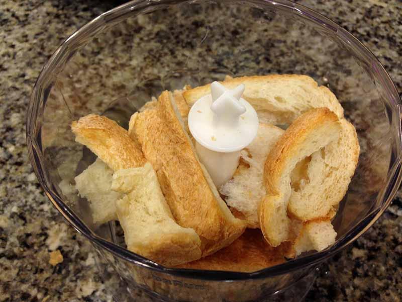 チョッパーでパンの耳をパン粉に