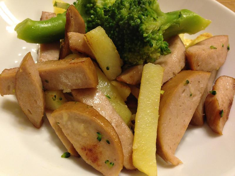 ソーセージとブロッコリーとジャガイモの炒め物