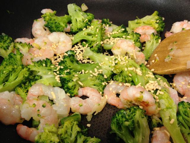 海老とブロッコリーを炒める