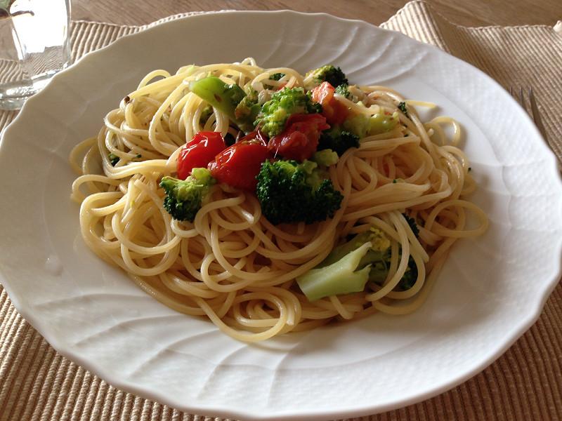 トマト、ブロッコリー、アンチョビのパスタ