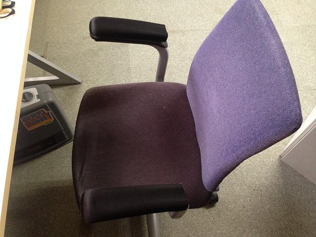 自作の肘置きを載せた椅子