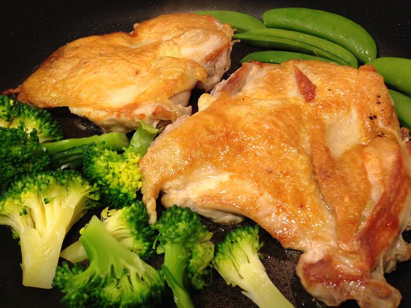 チキンソテーと野菜を一緒に焼いて時短