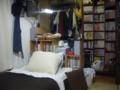 ベッドと本棚