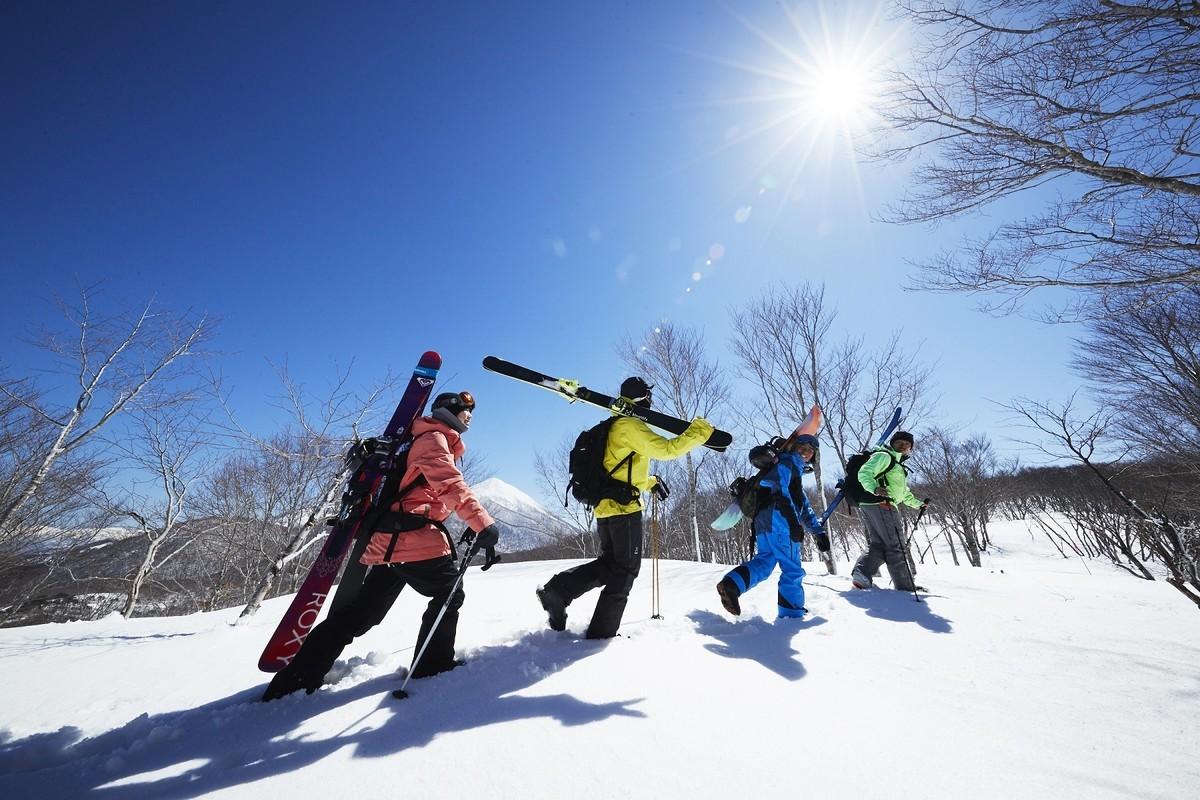 磐梯山と猪苗代湖を望む「アルツ磐梯」と、全国でも屈指の良質なパウダースノーが降り積もる「猫魔スキー場」。猫魔ヶ岳(ねこまがたけ)の南斜面と北斜面に位置し、それぞれ異なる表情を持つゲレンデが広がります。