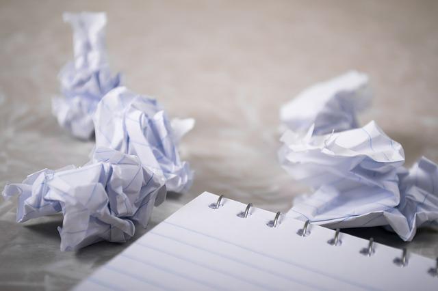紙屑 紙 シンプル ノート 捨てる ゴミ 心 廃材 廃止 廃棄 ゴミくず ゴミ箱