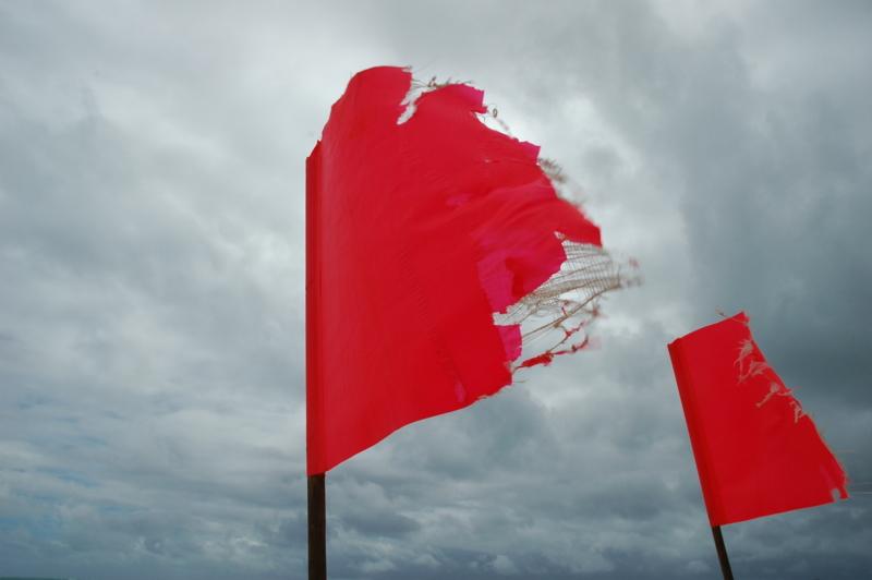 赤い旗はビーチにつきもの