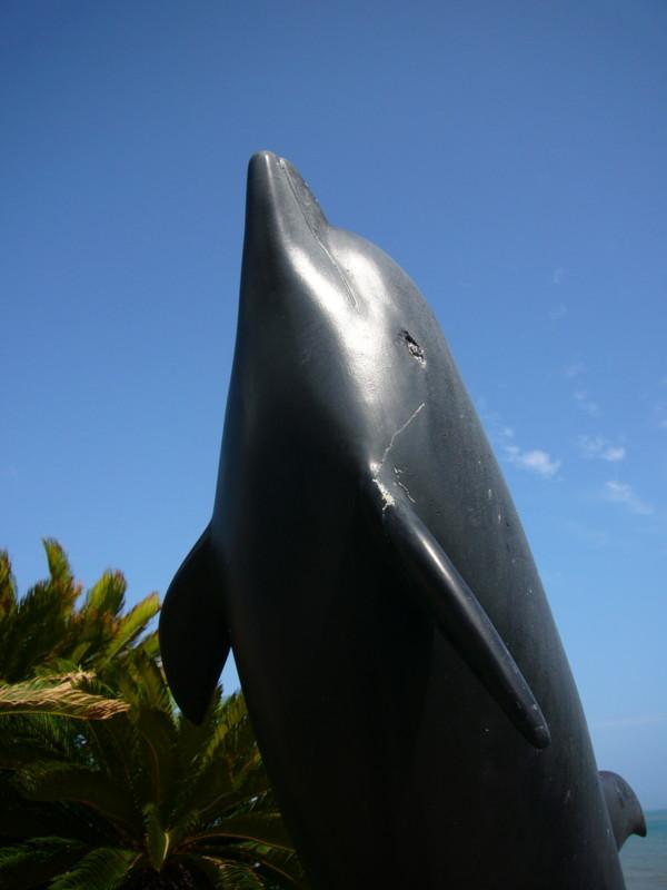 イルカの銅像