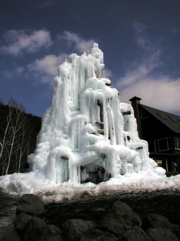 見事な氷柱。夜のうちに水をかけて作る模様。