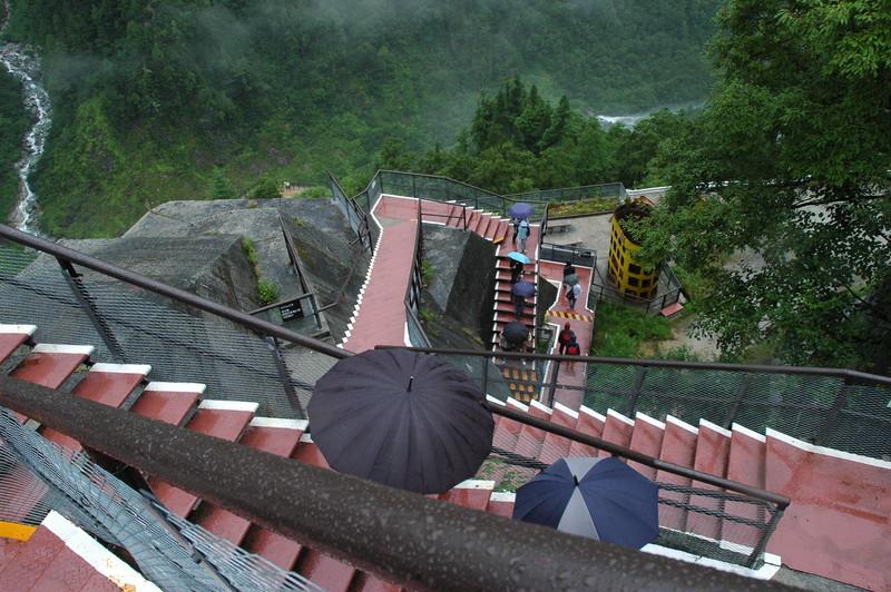 展望台から放水箇所への下り階段