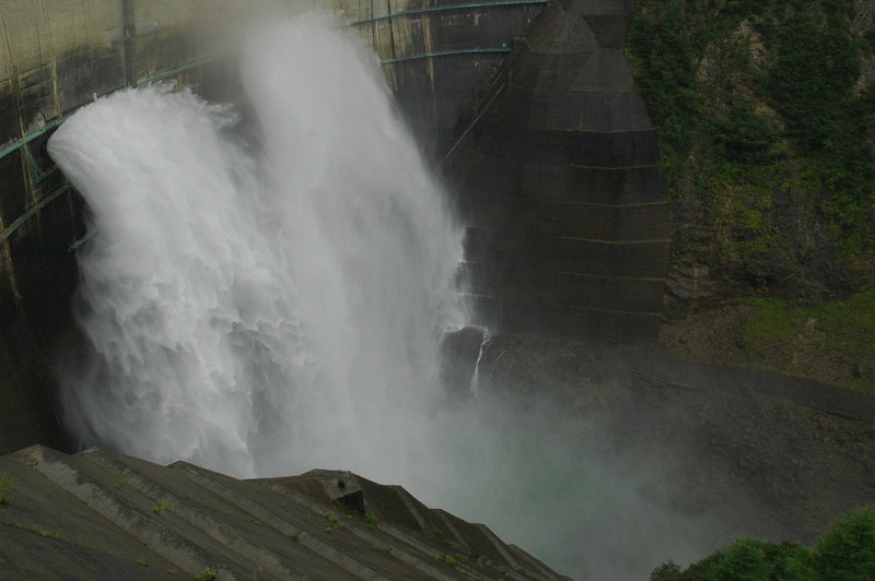 超近影 流れ落ちる水の形が刻々と変化
