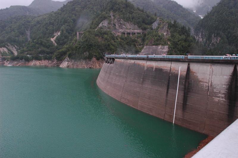 ダム湖はエメラルドグリーン