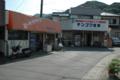駅が手前。歩いてきてこのお肉屋と薬局の間を左に抜けていきます。