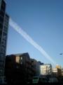 飛行機雲にしては横幅が太い。地震でも起きるのかとフト・・・