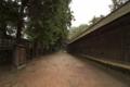 [出雲大社]本殿を囲う壁面沿いはひっそりと