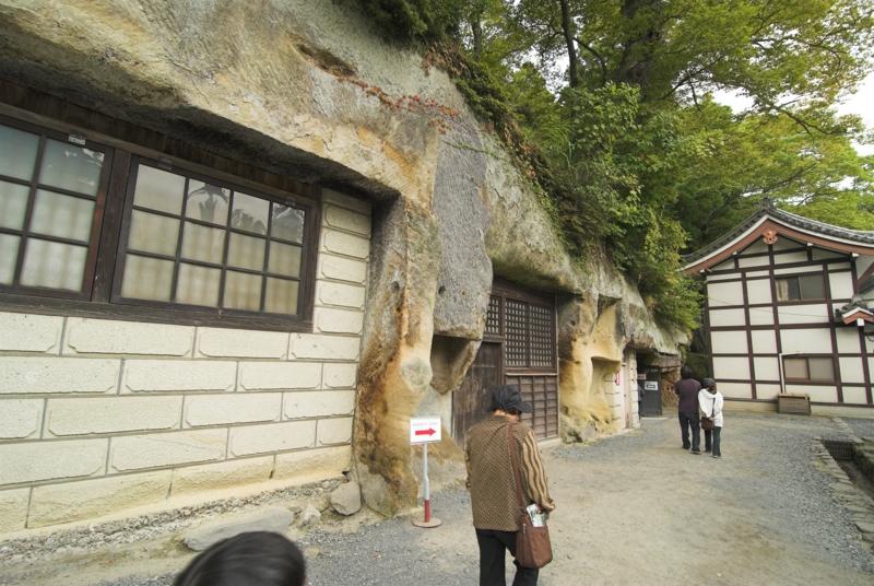 瑞厳寺 本堂近くにも石窟