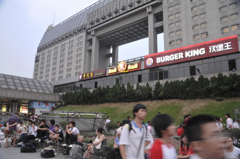 杭州駅。バーガーキングもかなり健闘