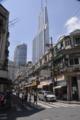人民広場近くの裏通りからビルを望む
