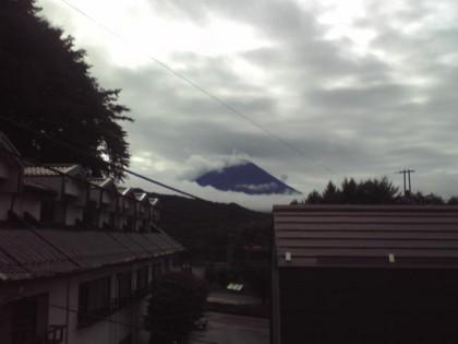 雲間から富士山。西湖湖畔より