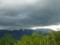 暗雲垂れこめる山
