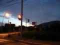 [風景・景観][空][夜明け・朝焼け]夜明け前の交差点