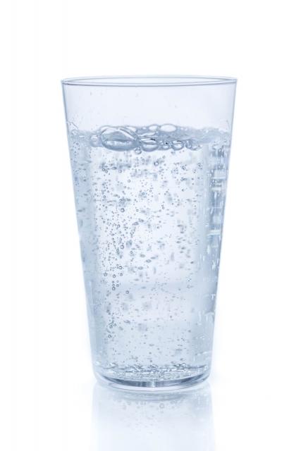 透明なコップに入っている無色透明の炭酸飲料