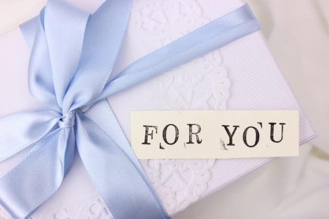 青いリボンが巻かれた白いボックスにFOR YOUの文字