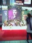 「We Will Rock You」2006年フレディの命日に会場前に献花台