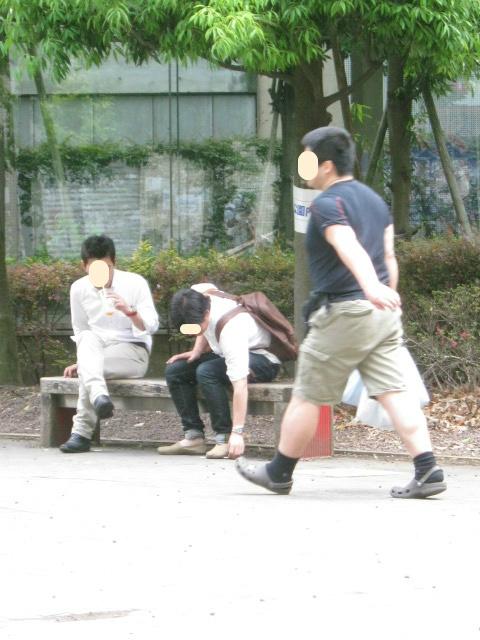 公園内禁煙表示の前で吸殻を消火
