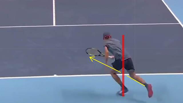 テニス デミノー ボールを追う体勢