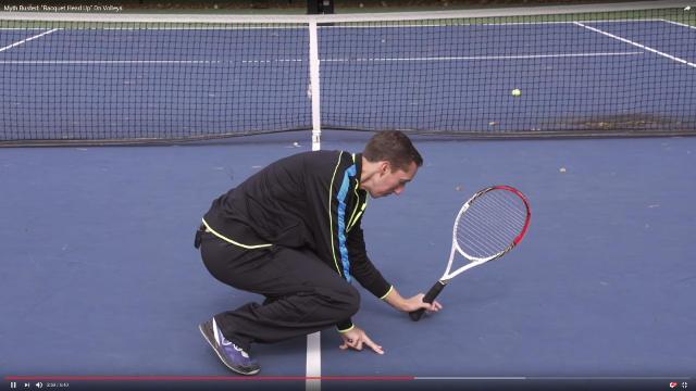 テニス ラケットを立てて足元のボールを打つ
