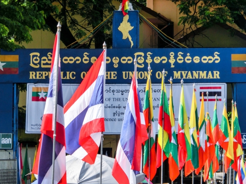 タイとミャンマーの国境の町メーサイにはためく両国の国旗