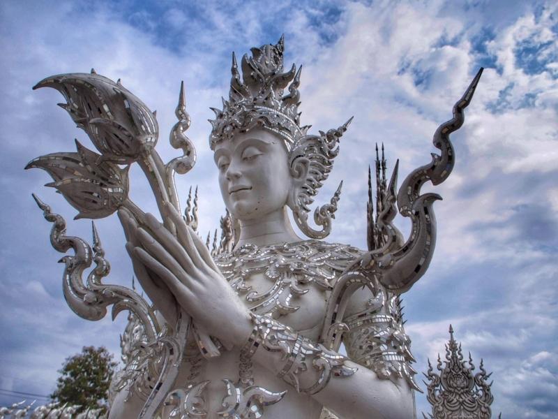 チェンライのホワイトテンプル(ワット・ロン・クン)にある美しい彫像