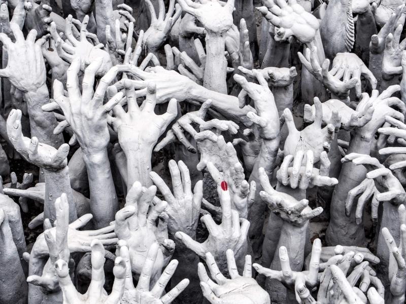 チェンライのホワイトテンプル(ワット・ロン・クン)にある手のオブジェ。マニュキュアが塗られた指がある