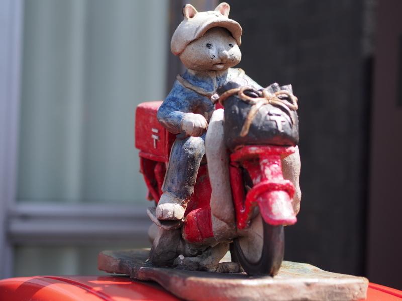 常滑市の陶磁器会館前のポストの上に飾られた猫の郵便配達員