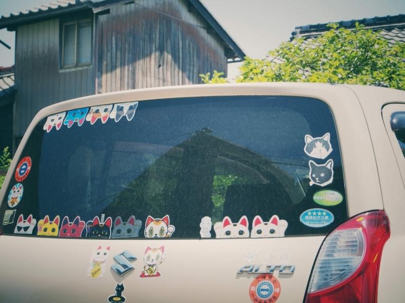 常滑市のやきもの散歩道で見かけた、招き猫のシールをたくさん貼った自動車