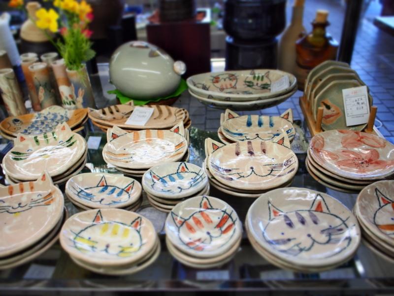 常滑市の陶磁器会館で売られている猫の絵が描かれた皿