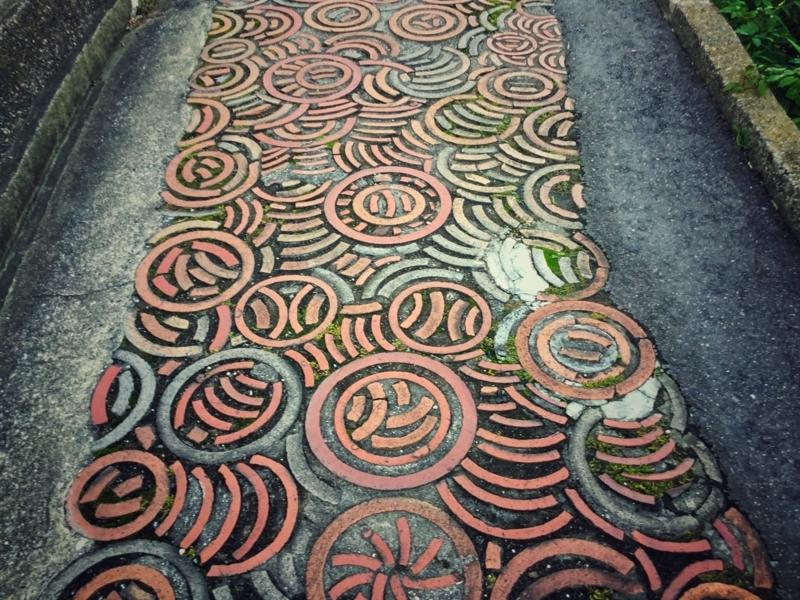 常滑市にある「やきもの散歩道」に埋め込まれた美しい焼き物