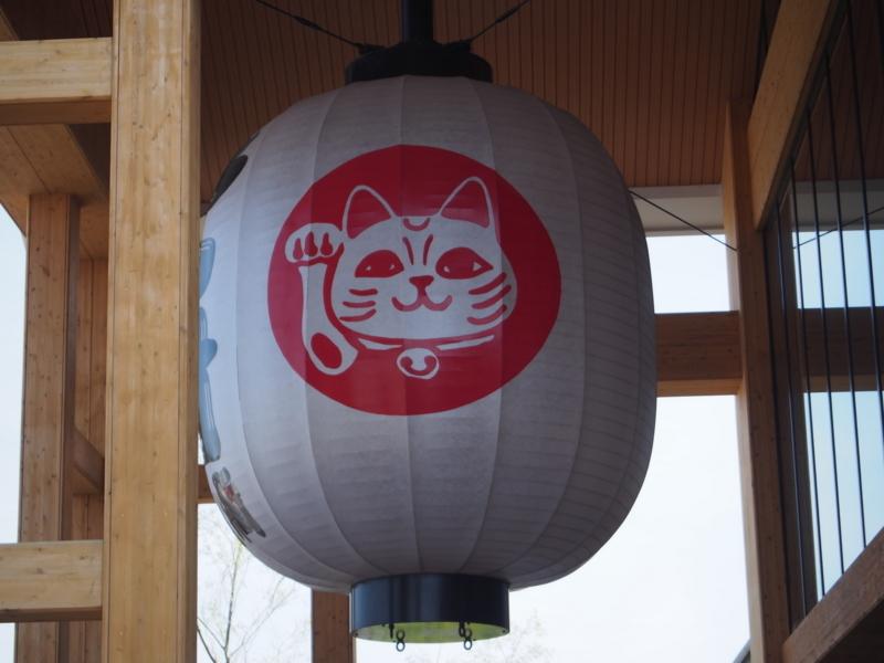 イオンモール常滑の正面入り口にある巨大な招き猫の提灯