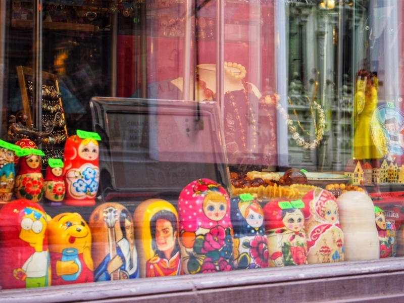 エストニアのタリン旧市街にある土産物屋で売られているマトリョーシカ人形