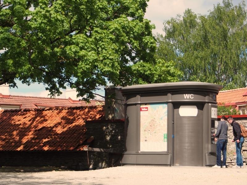タリン旧市街の展望台近くにある有料トイレ。故障中であった